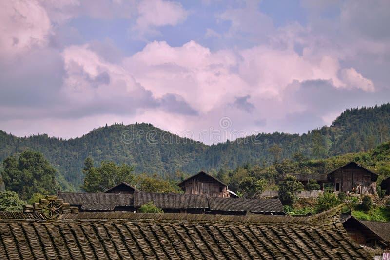 En liten by av etnisk minoritet Miao som döljas i mitt av ingenstans, Hunan landskap, Kina royaltyfria foton