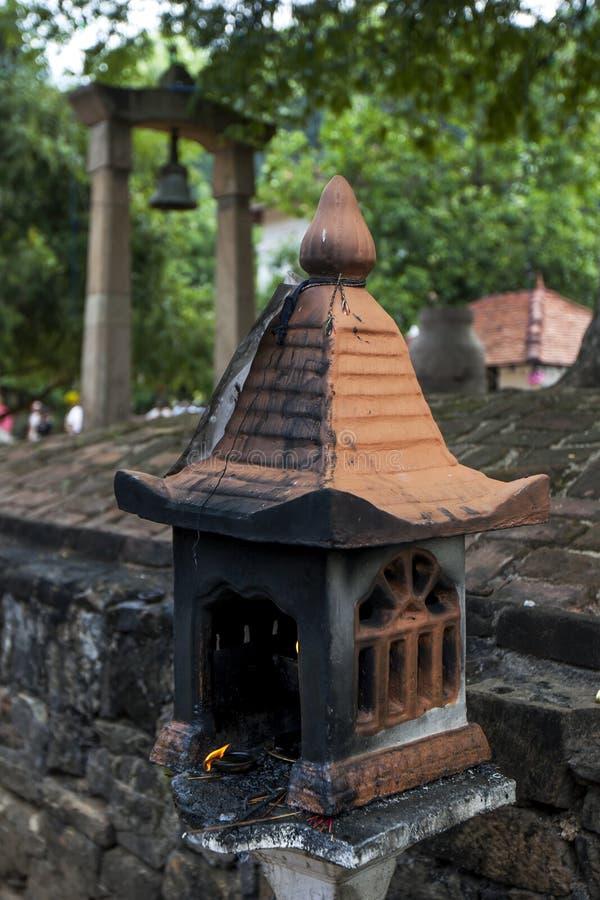 En liten buddistisk relikskrin på Kandy arkivbilder