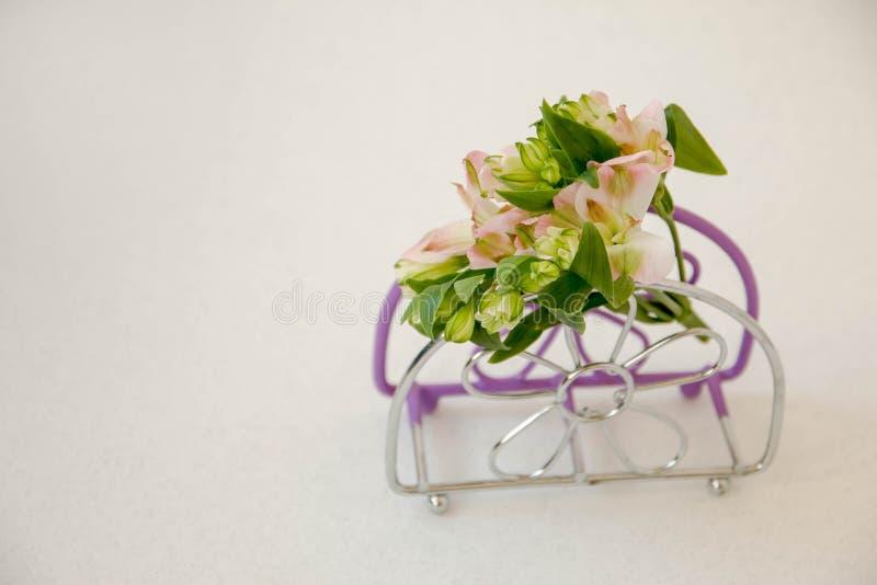 En liten bukett av blommor, på servettställningen royaltyfri bild