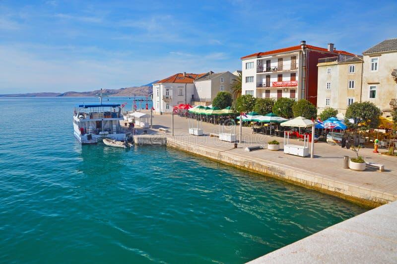 En liten del av den härliga promenaden i staden av Pag, Croa royaltyfri bild