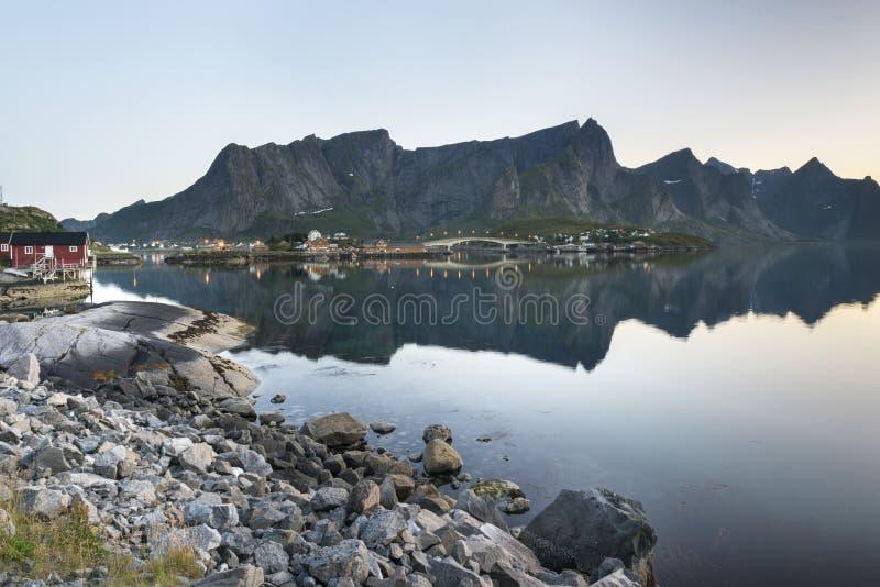 En liten fiskeport i Hamnoyen, Norge fotografering för bildbyråer