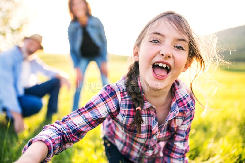 En liten flicka med hennes höga morföräldrar som har den roliga yttersidan i natur royaltyfria foton