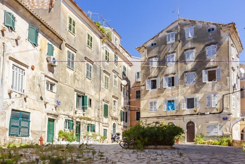 En liten fyrkant i mitt av den Korfu staden, Korfu, Grekland royaltyfria bilder