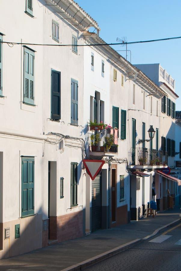 En liten gata i staden av El Mercadal av den Minorca ön royaltyfri foto