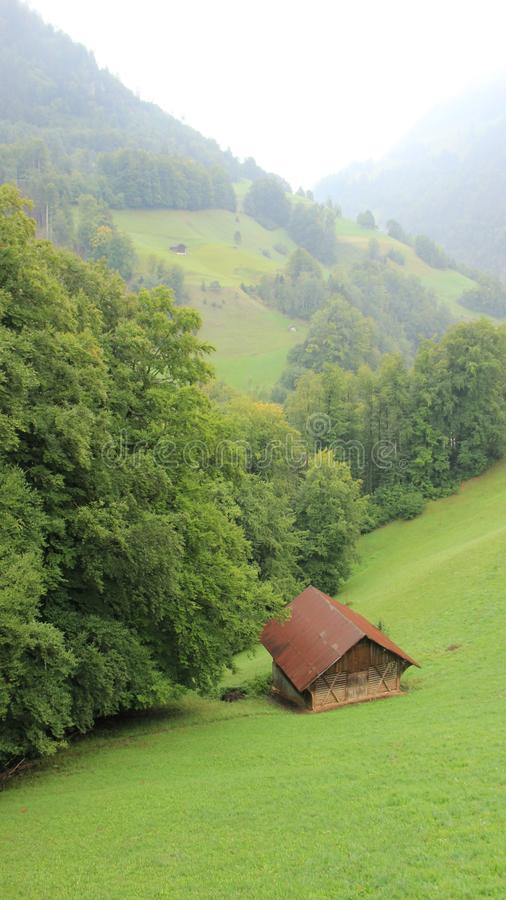 En liten Hutch And Pasture With Drizzle arkivfoton