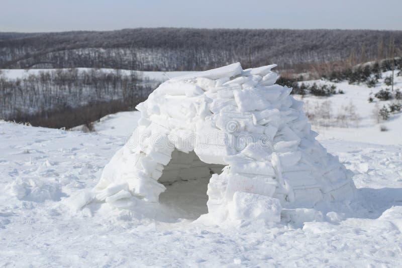 En liten ishus-igloo på bakgrunden av ett härligt vinterlandskap royaltyfri fotografi