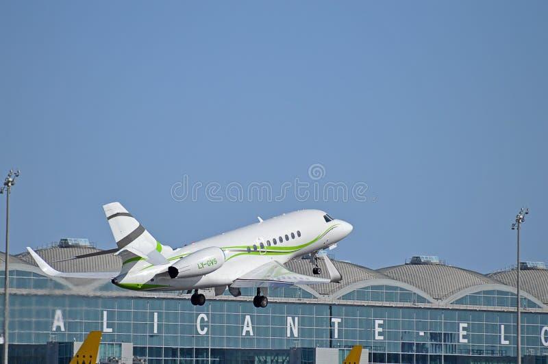 En liten Jet Aircraft Takes Off From Alicante flygplats royaltyfria foton