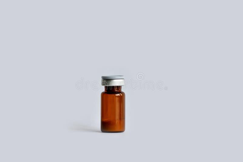 En liten medicinflaskaampull, behållare med ett drogmedicinpulver royaltyfria foton