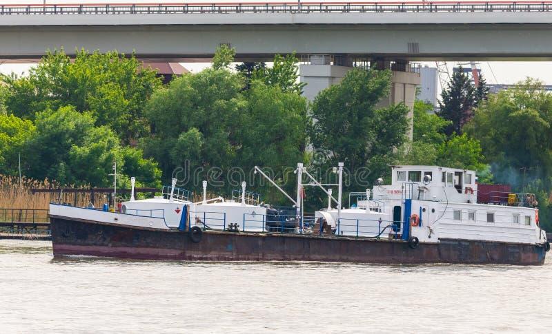 En liten produkttankfartyg på floden Detta ska bära olika typer av bränsle - diesel, fotogen, bensin - till kust- gemenskaper royaltyfri bild