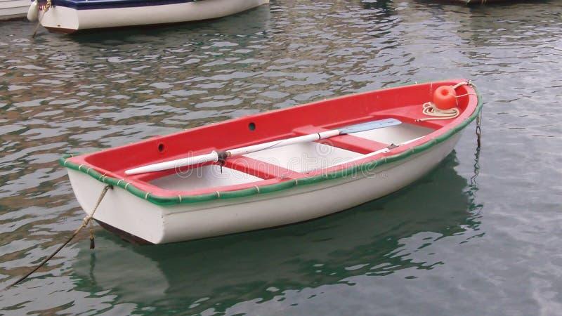 En liten röd eka i fjärden av portofino royaltyfri bild