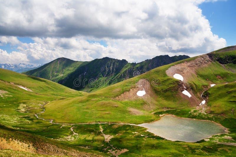 En liten sjö i Kaukasuset fotografering för bildbyråer