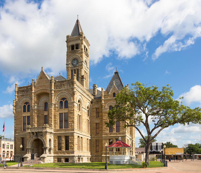 En liten stad med en stor domstolsbyggnad royaltyfria foton