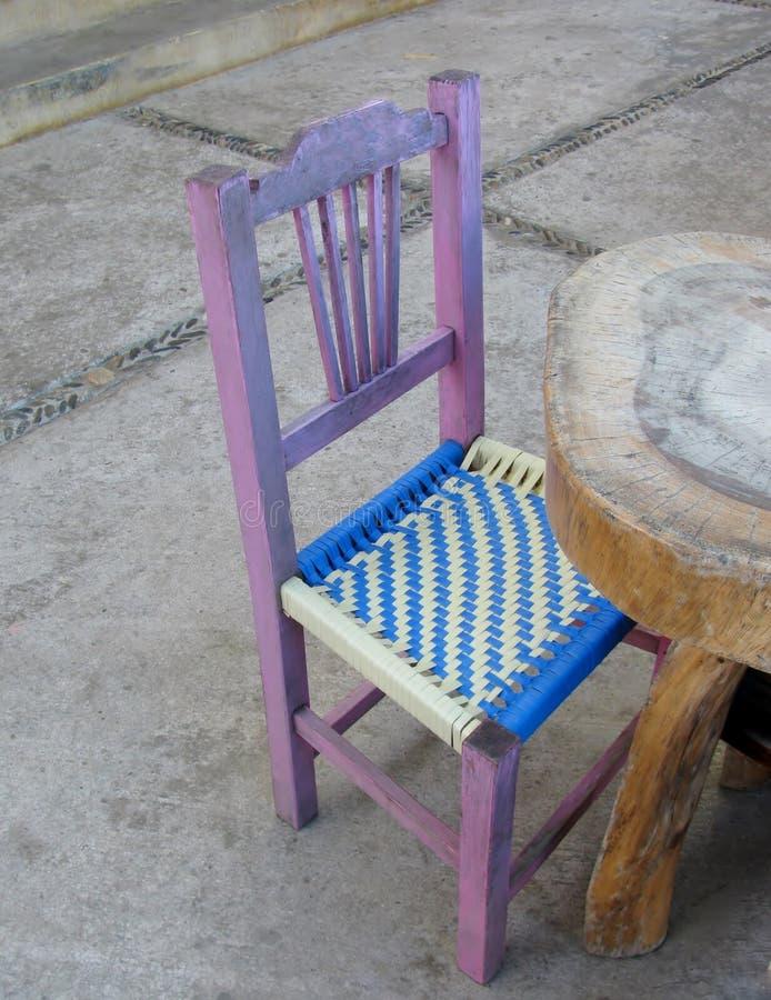 En liten stol på gatakafét royaltyfria foton