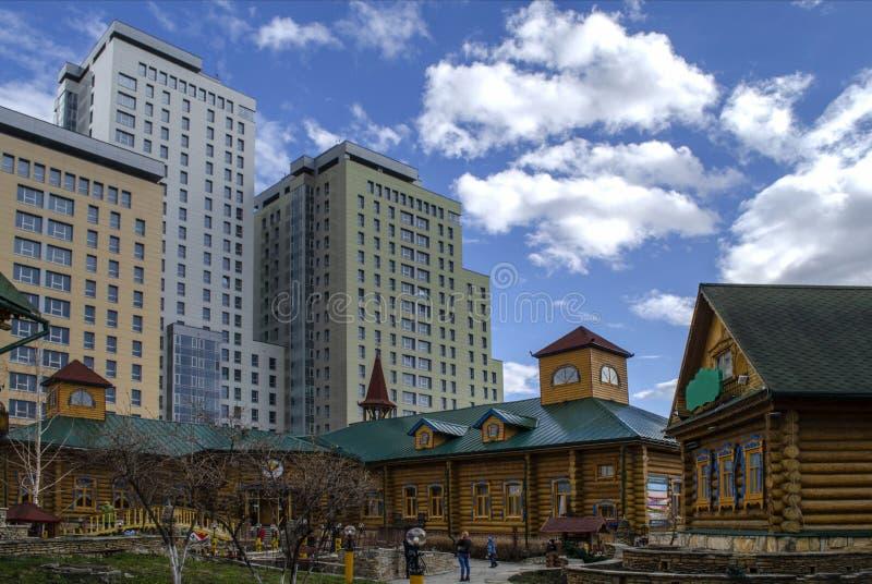 En liten Tatar by på våren mot bakgrunden av höghus fotografering för bildbyråer
