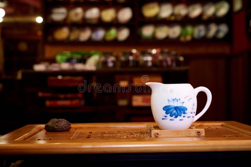 En liten tillbringare för hällande te på en teceremoni royaltyfria bilder