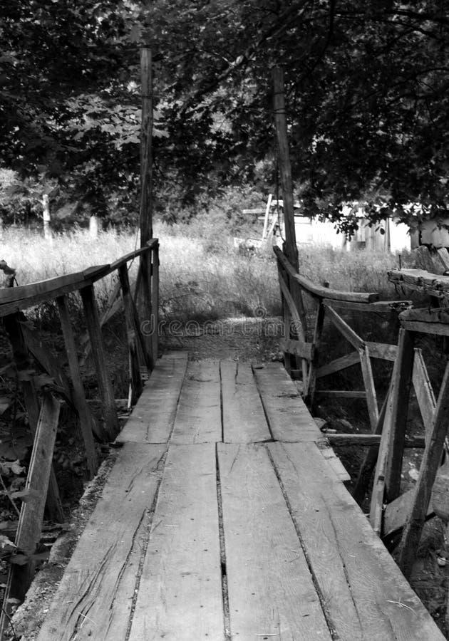 En liten träbro i svartvitt arkivfoton