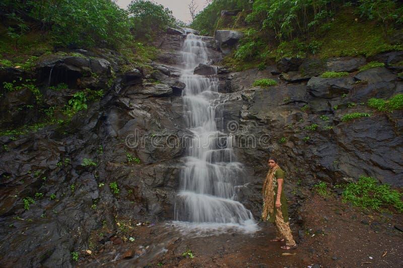 En liten vattenfall i skogarna av de västra ghatsna i Malshej ghat, Maharashtra arkivbild