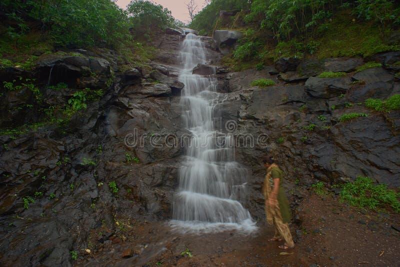 En liten vattenfall i skogarna av de västra ghatsna i Malshej ghat, Maharashtra royaltyfria bilder