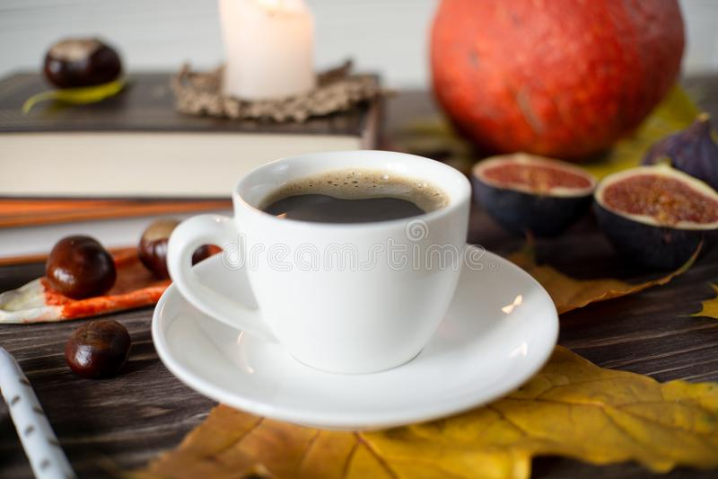 En liten vit kopp kaffe på bordet i höststil arkivfoton
