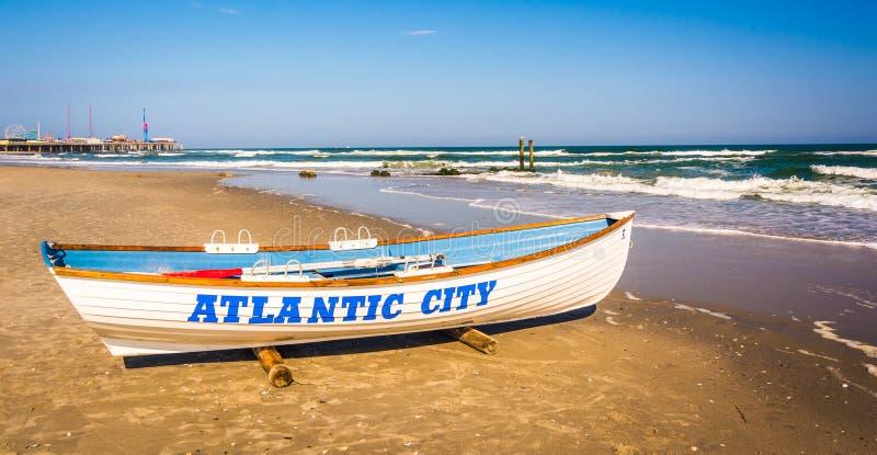 En livräddningsbåt på stranden i Atlantic City som är nytt - ärmlös tröja arkivbild