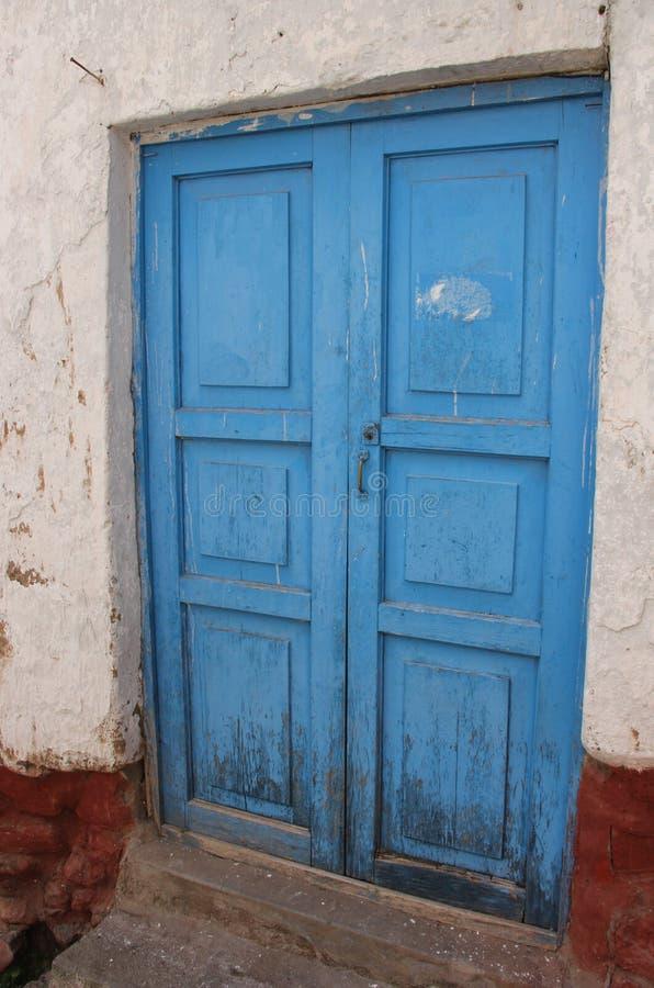 En ljus blå dörr i Cuzco arkivbild