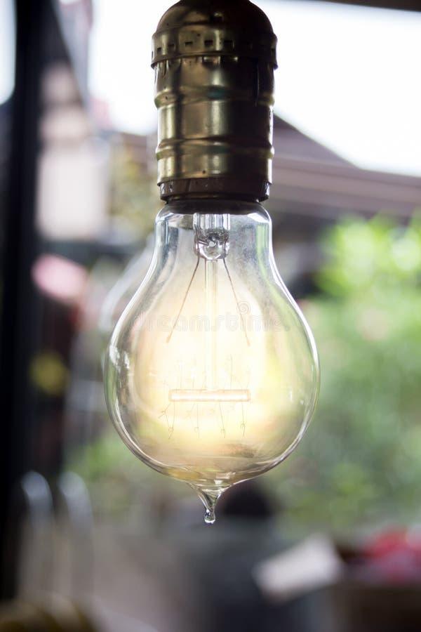 En ljus kula som som är stabil och glöder bland andra arkivbilder