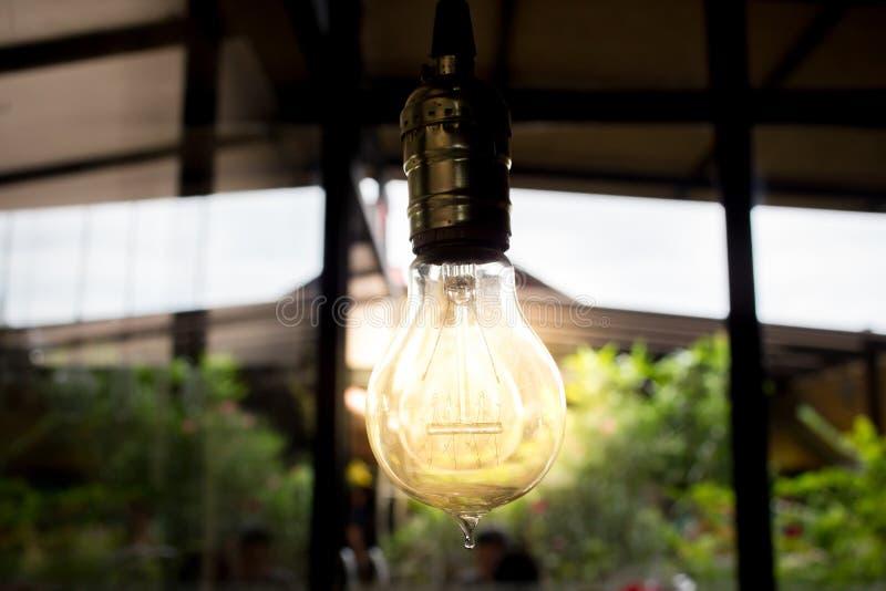 En ljus kula som som är stabil och glöder bland andra arkivbild