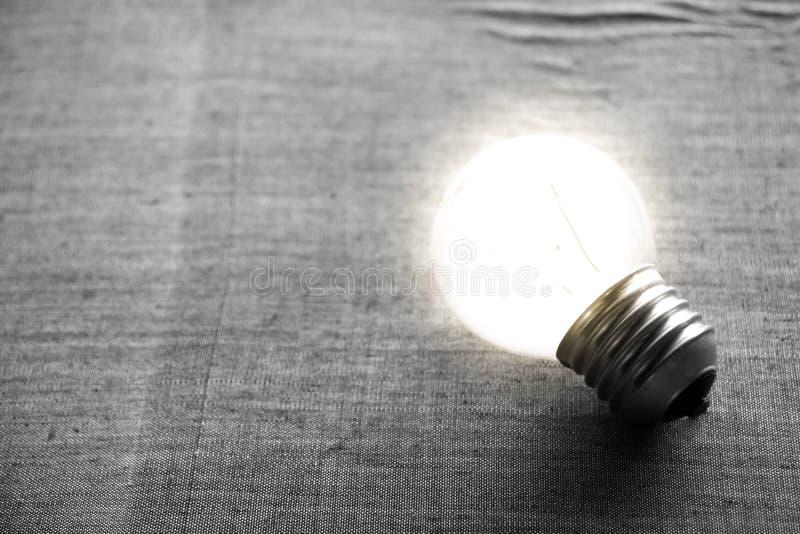 En ljus kula som som är stabil och glöder bland andra royaltyfri fotografi