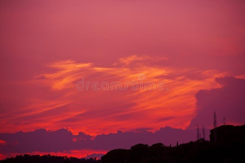 En ljus röd himmel på natten arkivfoton