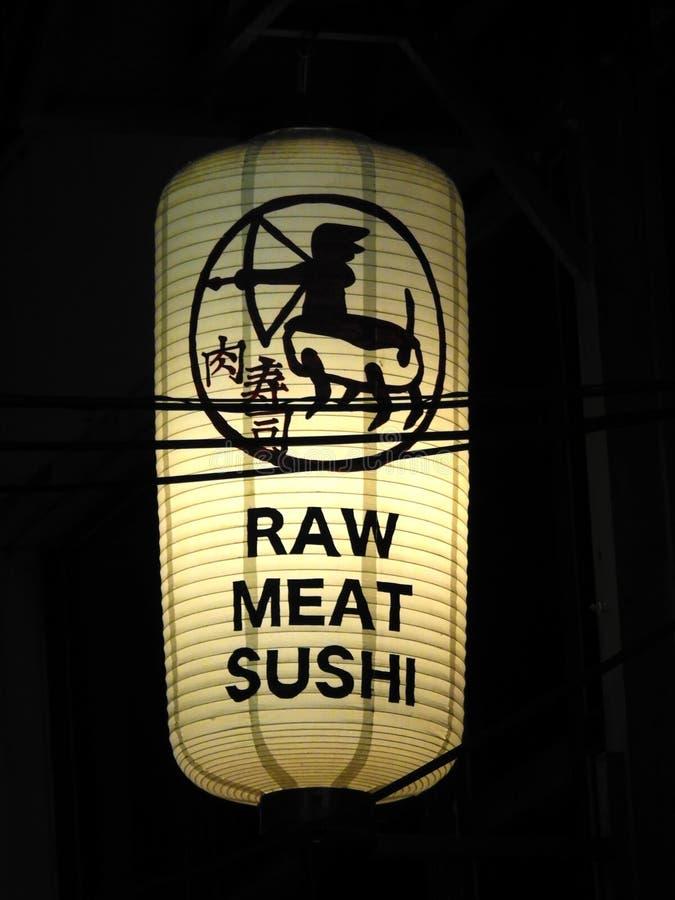 En ljus vit lykta utanför sushirestaurangen för rått kött royaltyfri bild