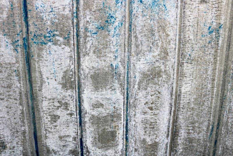En ljusa grå färger genomdränkt lättnadstextur av en beautifully målad metallyttersida med vertikala band och sjaskig skalningsmå arkivfoto