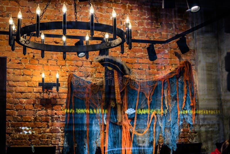 En ljuskrona med stearinljus och en spöke piratkopierar arkivbild