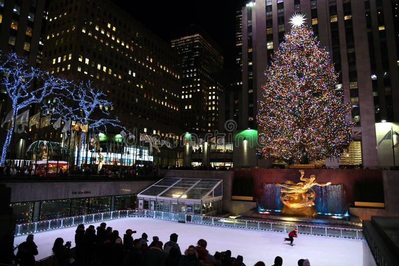 En ljust upplyst Rockefeller Plaza med en julgran royaltyfri fotografi