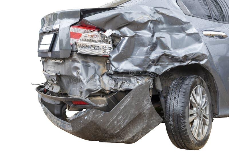 En llover el lado trasero del día del coche gris del color dañado y roto accidentalmente en el aparcamiento del camino no puede e foto de archivo