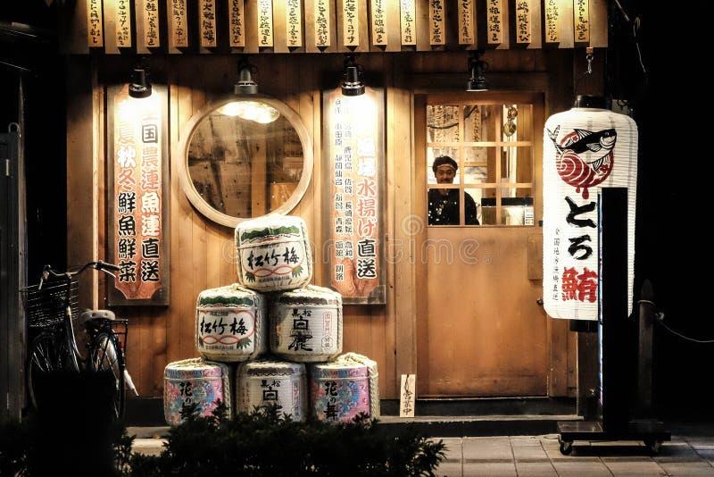 En lokal japansk restaurang som dekoreras med japansk tradition på ingången arkivfoto