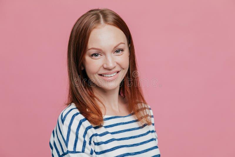 En longueur tiré de la femme d'une chevelure brune heureuse agréable à regarder avec les cheveux droits, peau saine, sourire agré image stock