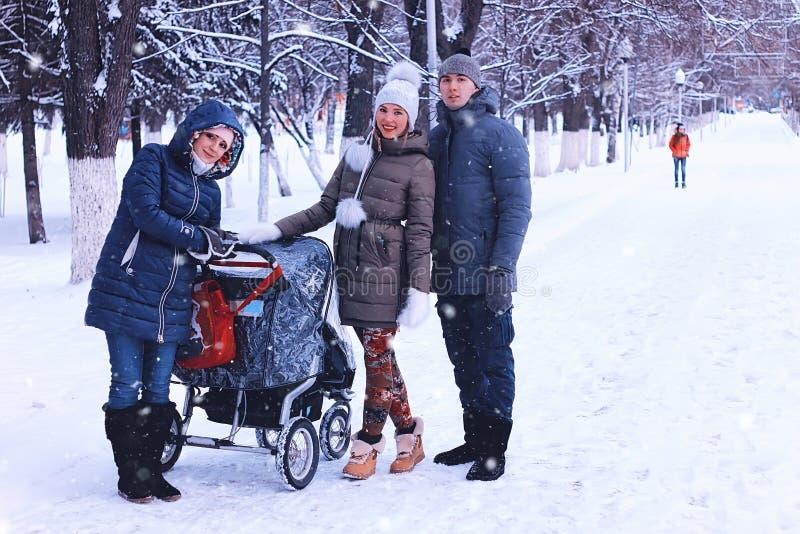 En los amigos del invierno con un cochecito foto de archivo