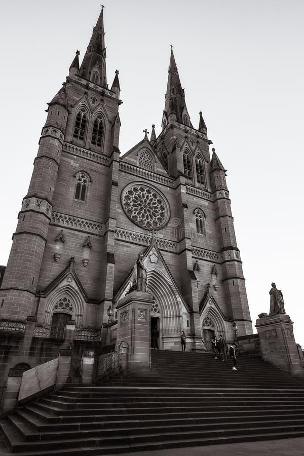 En los pasos de la catedral del ` s de St Mary en Sydney imagen de archivo
