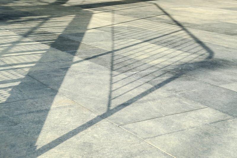 En los rayos el piso del sol El brillo de la luz del sol en las losas presionadas de la piedra arenisca es una perspectiva inusua foto de archivo