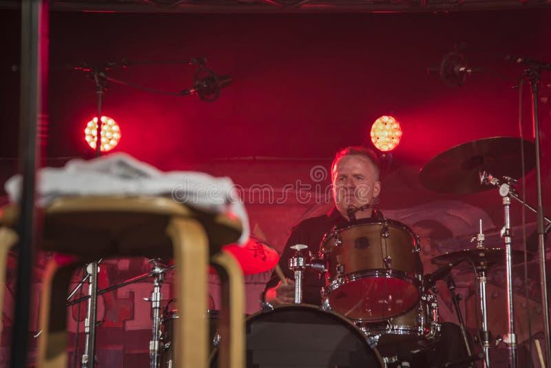 En los tambores Mike Hellier foto de archivo