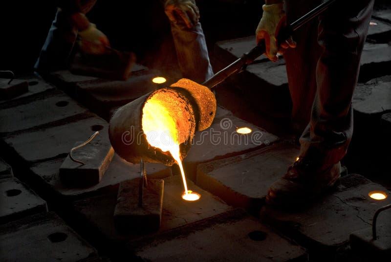 En los trabajos del hierro imágenes de archivo libres de regalías