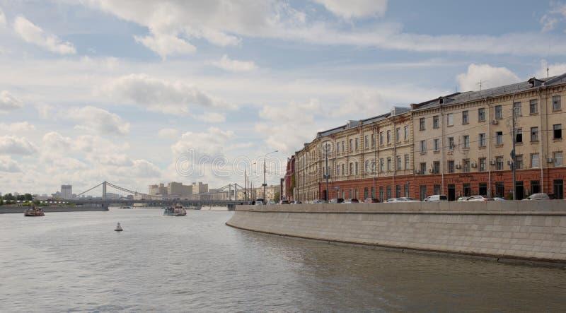 En los veleros de río de Moscú Los vehículos y la gente mueven el alon fotos de archivo