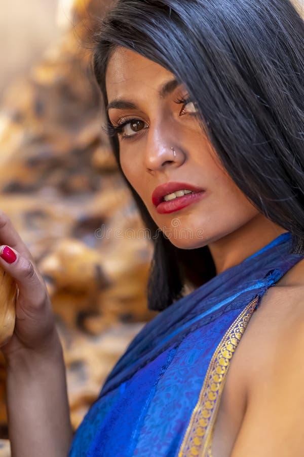 En ?lskv?rd latinamerikansk brunettmodellPoses Indoors On A mexicansk ranch royaltyfria bilder