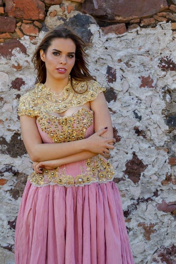 En ?lskv?rd latinamerikansk brunettmodellPoses Outdoors On A mexicansk ranch arkivbild