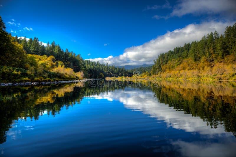 En lugn stillhet mellan att snurra forsar för vitt vatten ger oss ett ögonblick för att andas den rena luften och för att tycka o arkivfoton
