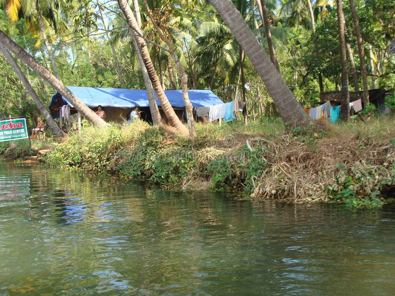 En lugna flod i fred royaltyfri fotografi