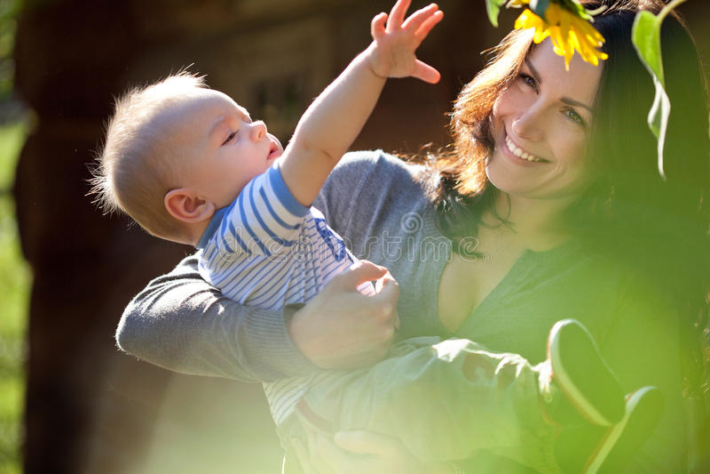 En lycklig familj. barnet fostrar med behandla som ett barn arkivbild