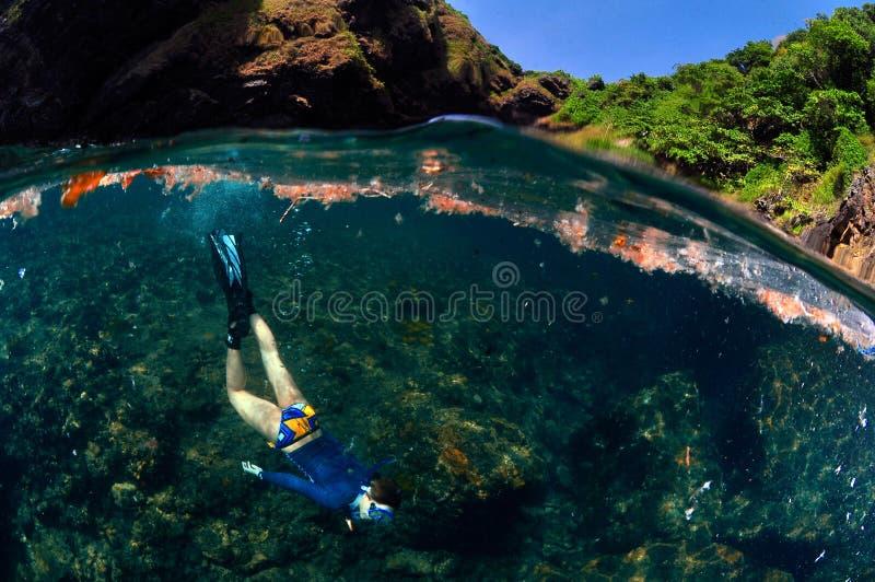 En lycklig flicka för huddykning havet och himlen fotografering för bildbyråer