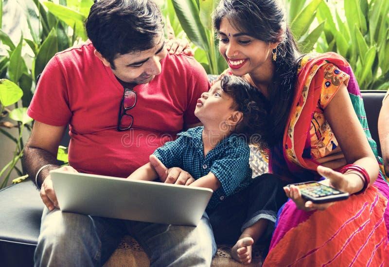 En lycklig indisk familj som tillsammans spenderar tid fotografering för bildbyråer