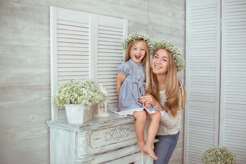 En lycklig moder och hennes dotter är upphetsade fotografering för bildbyråer